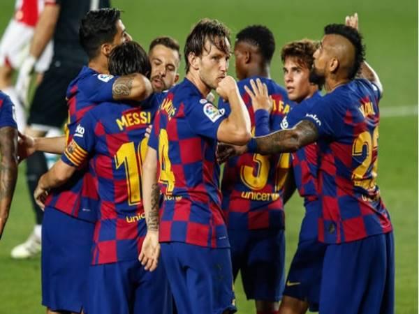 Messi may mắn thoát thẻ phạt vì khiến đối thủ đau quằn quại